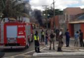 Fiação elétrica causa incêndio em carro no bairro de Patamares | Foto: Cidadão Repórter | Via WhatsApp