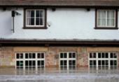 Tempestade Dennis causa inundações e perturbação nos transportes no Reino Unido | Foto: