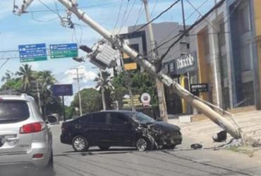 Carro bate em poste na Estrada do Coco e causa engarrafamento na Av. Paralela | Cidadão Repórter | Via Whatsapp