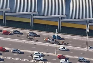 Acidente deixa motociclista ferido e congestiona Paralela | Claudia Meneses | Isso é Bahia