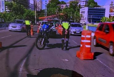 Buraco em ponte causa lentidão no trânsito da avenida Tancredo Neves | Reprodução | TV Bahia