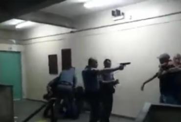 PMs apontam arma e agridem alunos de escola pública em São Paulo | Reprodução | YouTube