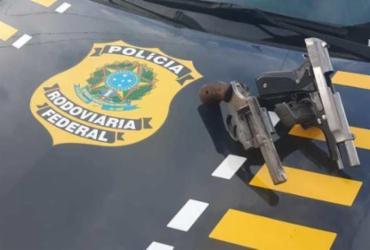Dupla é presa por porte ilegal de arma de fogo na BR-101 | Divulgação | PRF
