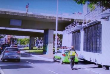 Trio fica preso em viaduto e causa lentidão no trânsito da avenida Centenário | Reprodução | TV Bahia