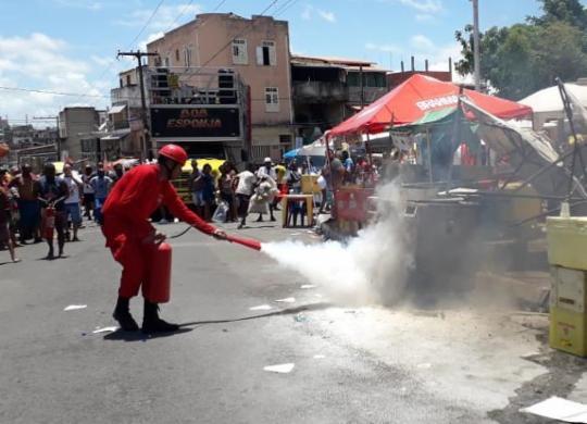 Incêndio atinge carrinho de ambulante durante concentração da Mudança do Garcia | Thais Seixas | Ag. A TARDE