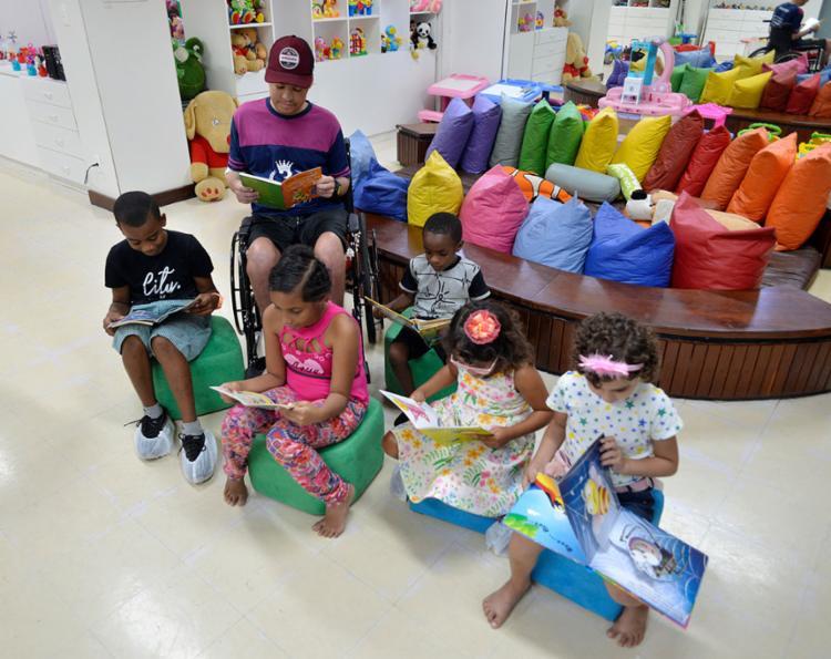 Criançada em tratamento no GACC ligada na leitura
