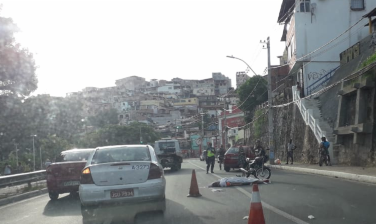 Motociclista não resistiu à colisão com ônibus | Foto: Thaís Seixas | Ag. A TARDE - Foto: Foto: Thaís Seixas | Ag. A TARDE