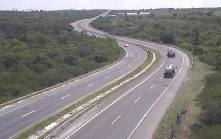 Caminhão tombou no Km 441, no sentido Feira de Santana   Foto: Divulgação   ViaBahia - Foto: Divulgação