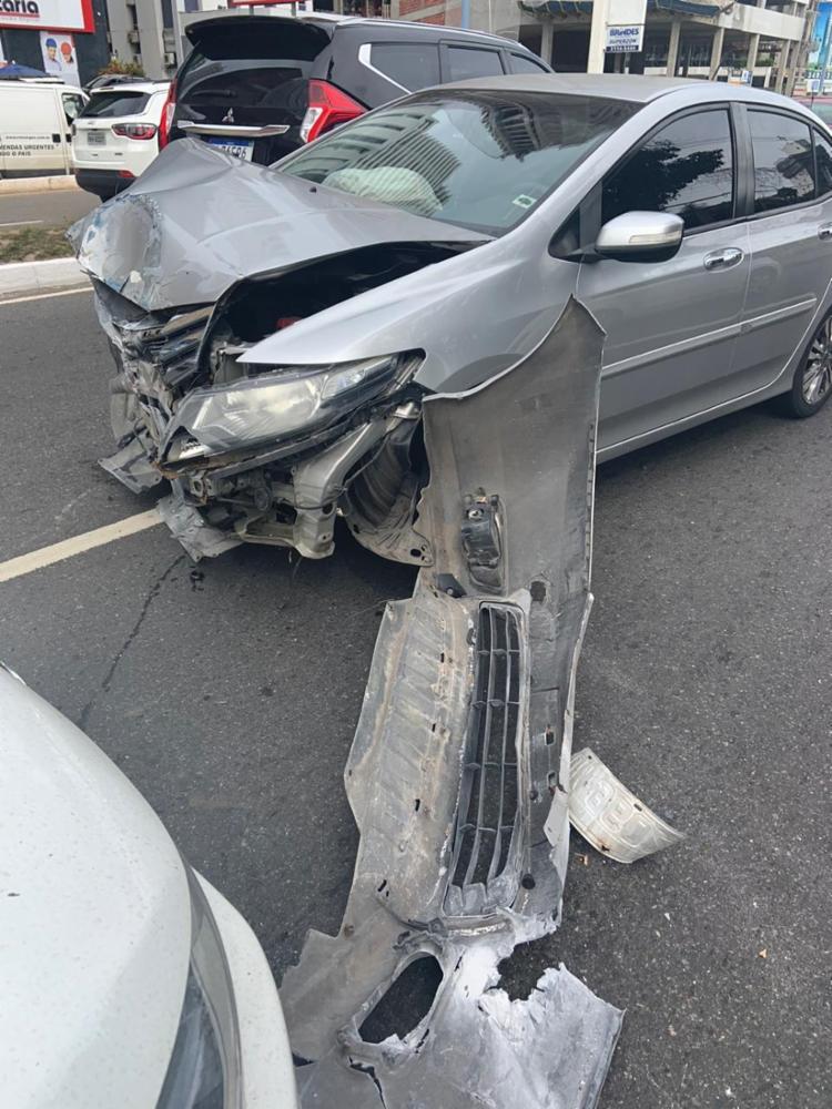 A frente do veículo ficou destruída e dá para ver a cor azul do poste com o qual colidiu | Foto: Ananda de Freitas | Ag. A TARDE - Foto: Ananda de Freitas | Ag. A TARDE