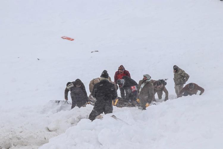 Cerca de trinta pessoas também foram encontradas vivas e hospitalizadas | Foto: DHA | AFP - Foto: DHA | AFP