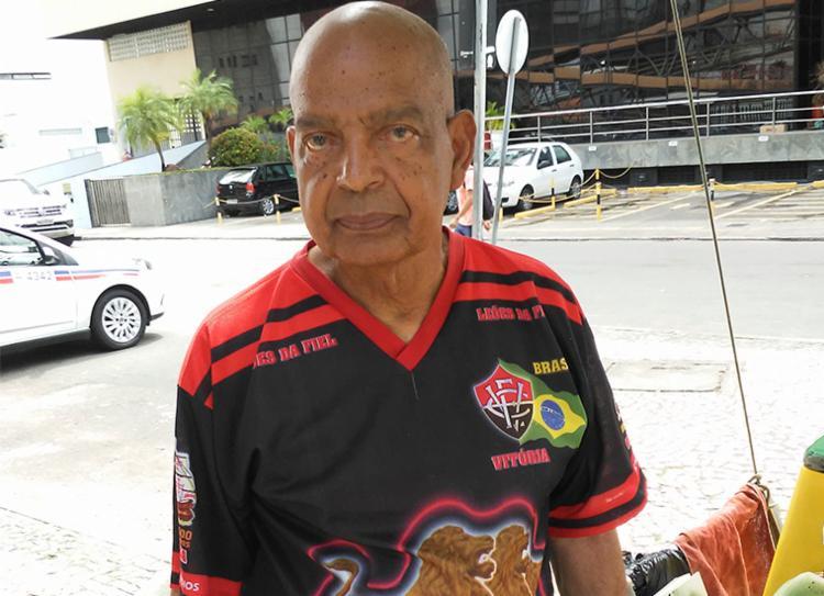 Seu Selton tirou camisa do guarda-roupa para exibir aos rivais | Foto: Filipe Ribeiro | Ag. A TARDE