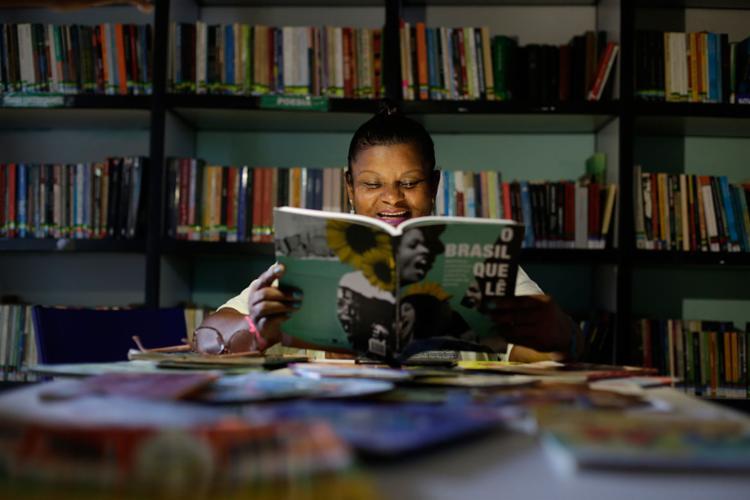 Solange Sousa coordena a Biblioteca Clementina de Jesus, no Uruguai | Foto: Raul Spinassé | Ag. A TARDE - Foto: Raul Spinassé | Ag. A TARDE