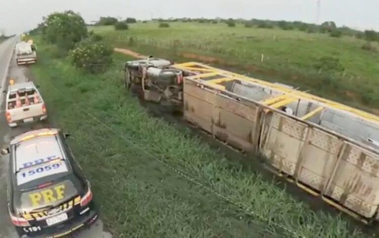 Motorista do caminhão teve ferimentos leves | Foto: Reprodução | Berimbau Notícias - Foto: Reprodução | Berimbau Notícias