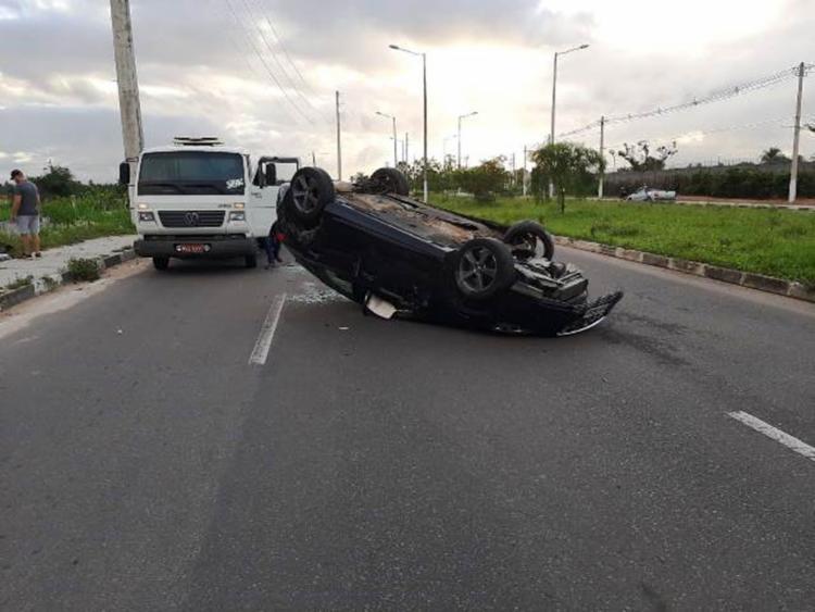 Apesar do capotamento, motorista não ficou ferido   Foto: Paulo José   Acorda Cidade - Foto: Paulo José   Acorda Cidade
