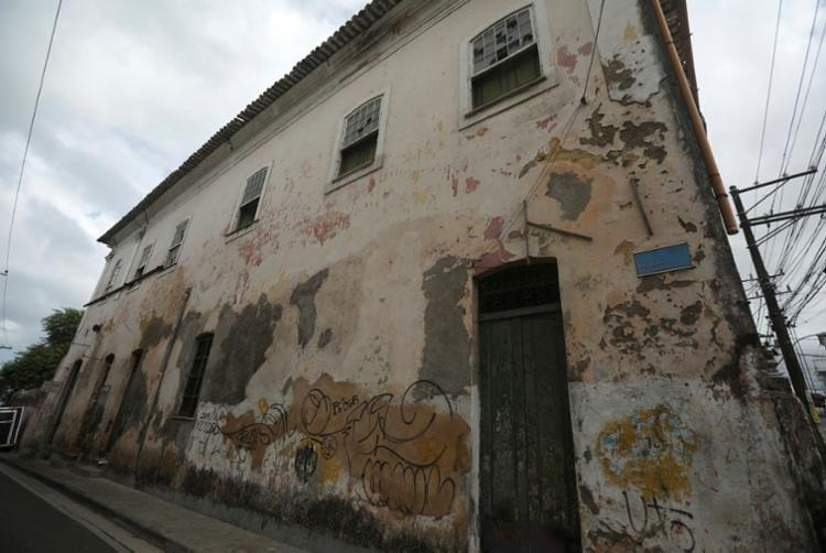 O Solar Bandeira, na Ladeira da Soledade, tem paredes internas escoradas com estruturas enferrujadas | Foto: Felipe Iruatã | Ag A TARDE - Foto: Felipe Iruatã | Ag A TARDE