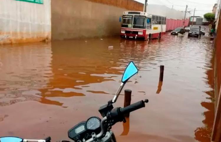 A água invadiu casas e estabelecimentos comerciais   Foto: Reprodução   Mídia Bahia - Foto: Reprodução   Mídia Bahia