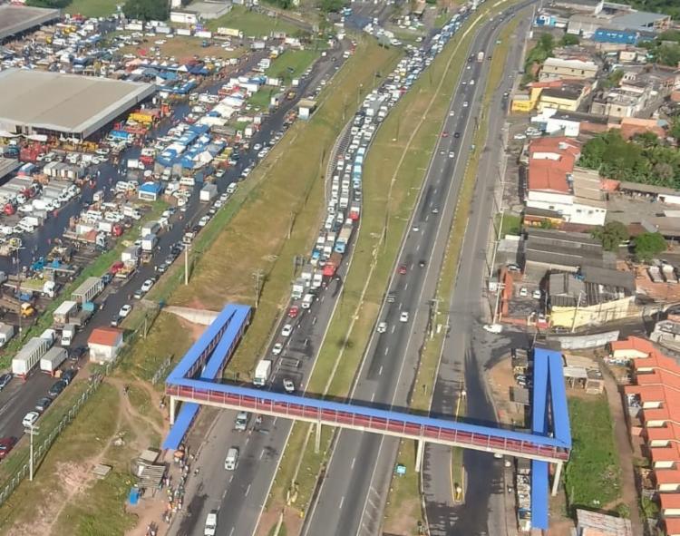 Uma das vias está interditada | Foto: Cláudia Meneses | Isso é Bahia - Foto: Cláudia Meneses | Isso é Bahia