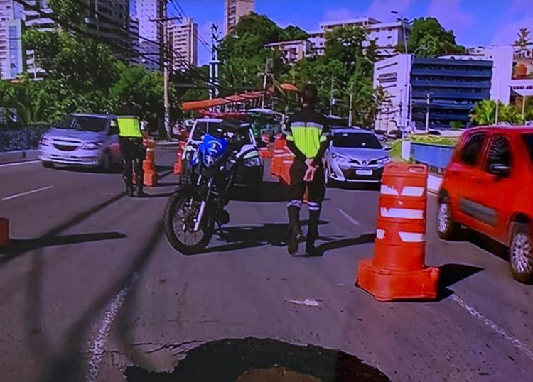 Orgão de trânsito sinalizou o local com cones para evitar acidentes | Foto: Reprodução | TV Bahia - Foto: Reprodução | TV Bahia