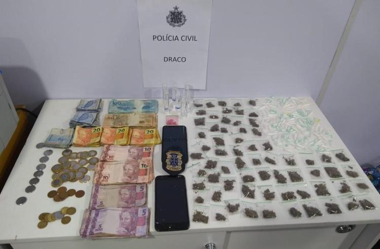 Cerca de R$ 4 mil em espécie e drogas foram apreendidos na operação | Foto: Divulgação | SSP - Foto: Divulgação | SSP