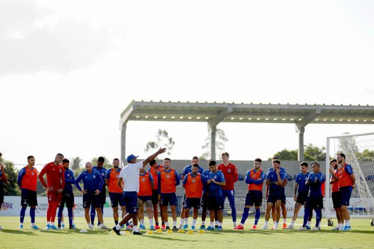 Roger passou orientações aos atletas durante atividade na Cidade Tricolor | Foto: Felipe Oliveira | EC Bahia - Foto: Felipe Oliveira | EC Bahia