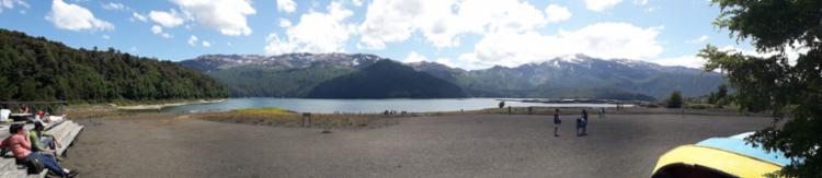 Vista panorâmica do lago Conguillio, com a Sierra Nevada ao fundo | Foto: Thaís Seixas | Ag. A TARDE