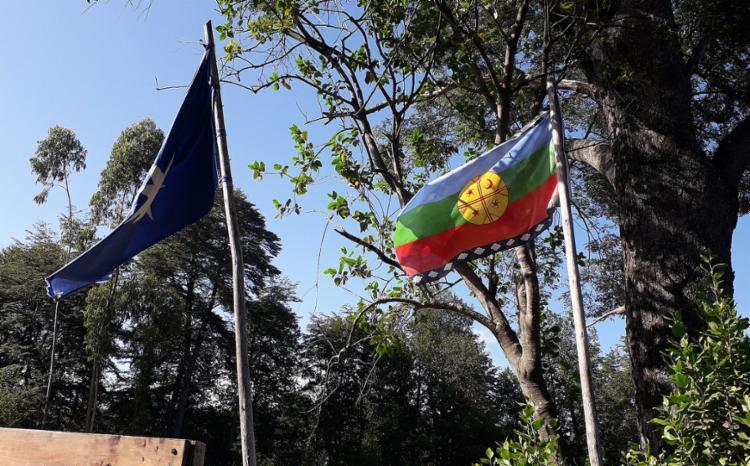 Bandeiras da comunidade e da luta de resistência dos Mapuches | Foto: Thaís Seixas | Ag. A TARDE