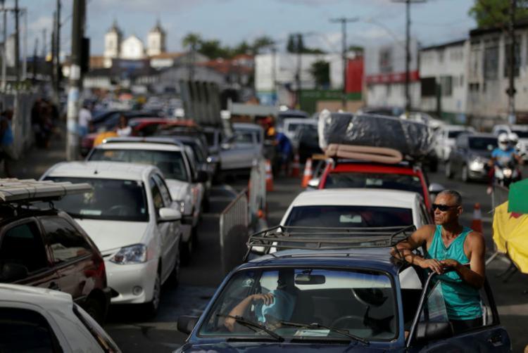 Fila é intensa de veículos na região do Terminal de São Joaquim I Foto: Raul Spinassé | Ag. A TARDE - Foto: Raul Spinassé | Ag. A TARDE