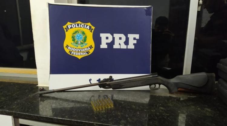 A arma foi encontrada dentro da mala do passageiro | Foto: Divulgação | PRF - Foto: Divulgação | PRF