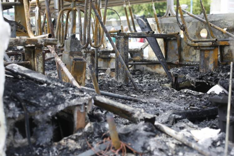 Veículo foi totalmente destruído pelas chamas | Foto: Rafael Martins | Ag. A TARDE - Foto: Rafael Martins | Ag. A TARDE