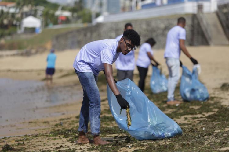Mergulhadores também fazem parte do mutirão de limpeza | Foto: Raul Spinassé | Ag. A TARDE - Foto: Raul Spinassé | Ag. A TARDE