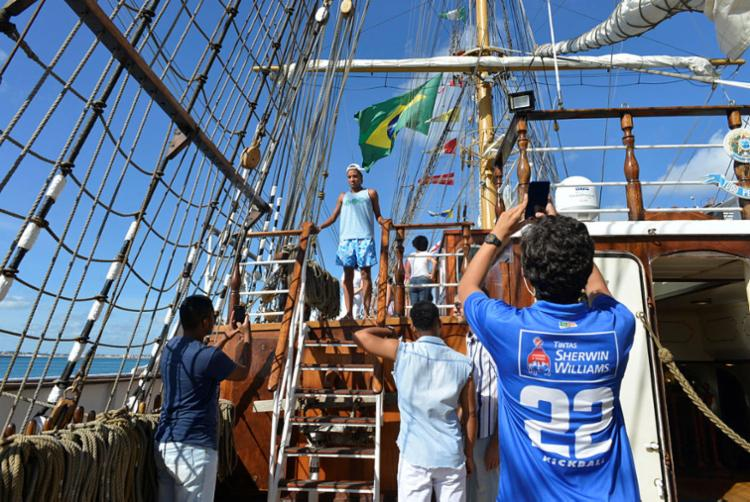 Visitantes aproveitam para tirar fotos nos setores da embarcação | Foto: Shirley Stolze | Ag. A TARDE