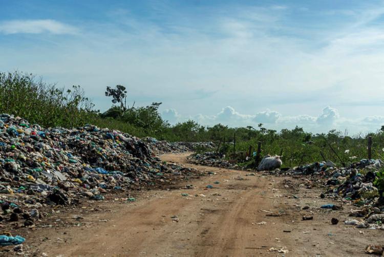 Via de acesso ao lixão em Santa Cruz Cabrália é repleta de dejetos