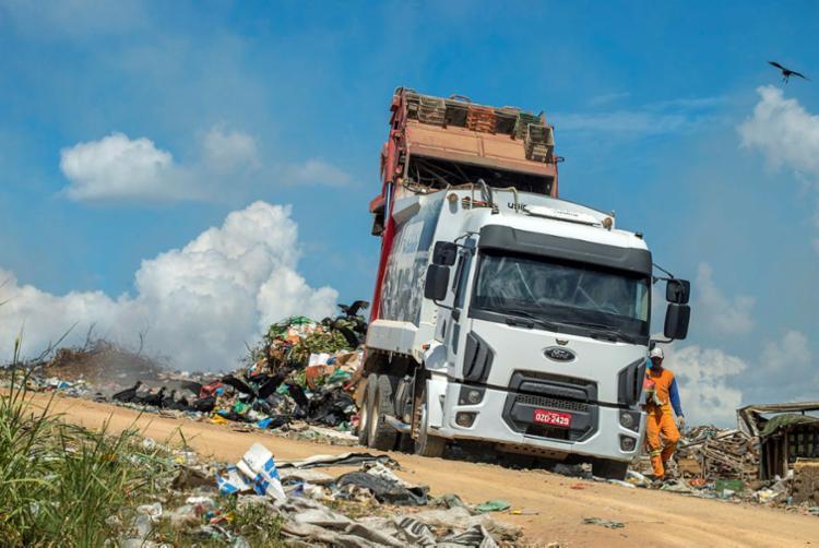 Caminhão descarta lixo em espaço irregular na cidade de Itabela