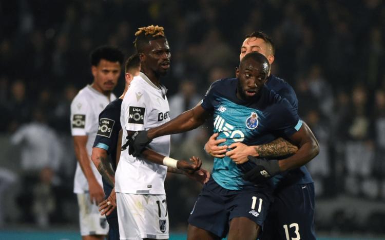Jogadores do Porto ainda tentaram impedir que o atacante saísse de campo | Miguel Riopa | AFP - Foto: Miguel Riopa | AFP