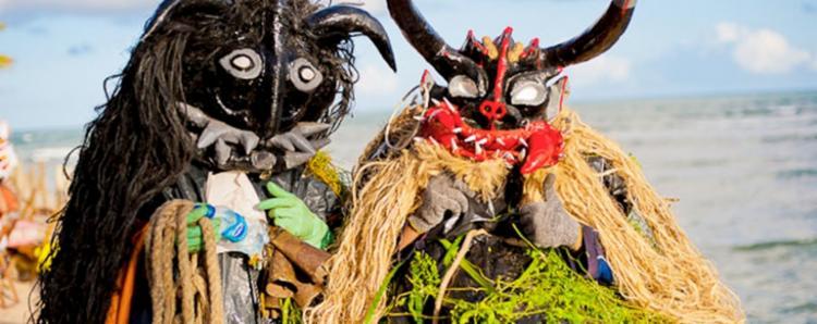 Principais atrações do Carnaval da Praia do Forte, as tradicionais caretas são representadas por homens e crianças que, durante os festejos, se espalham por toda a vila. - Foto: Divulgação
