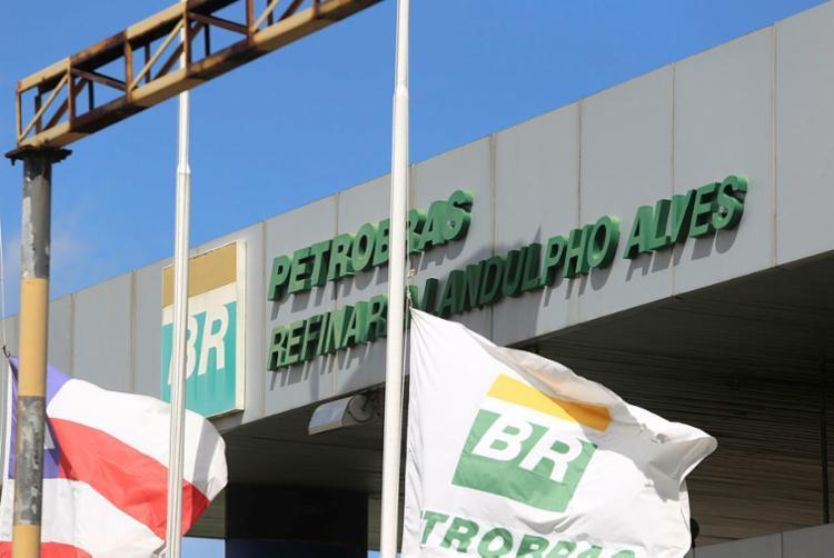 Trabalhadores estão agrupados em frente da refinaria   Foto: Luciano Carcará   Ag. A TARDE - Foto: Luciano Carcará   Ag. A TARDE