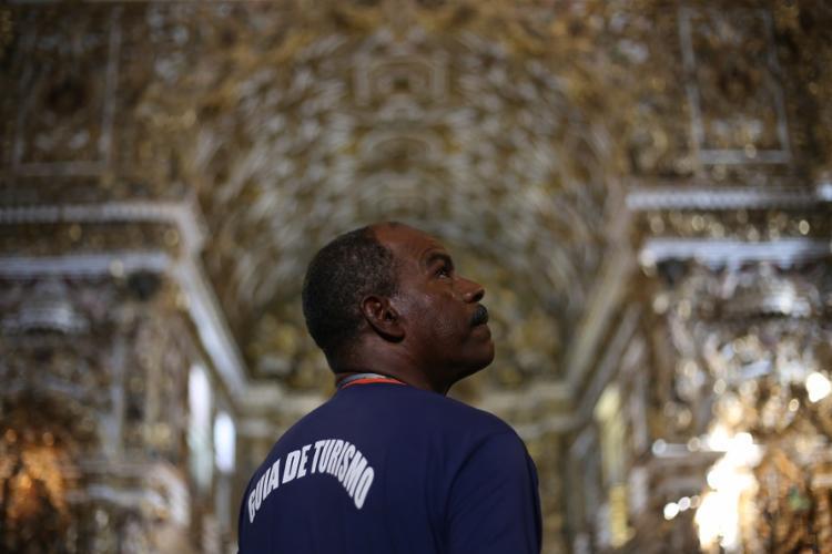 Irã Lima, guia, dentro da Igreja de São Francisco - Foto: Raphael Mueller/Ag. A TARDE
