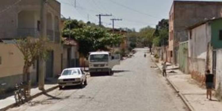 Casa estava em casa quando foram a tingidos por tiros | Foto: Reprodução | Google Street View - Foto: Reprodução | Google Street View