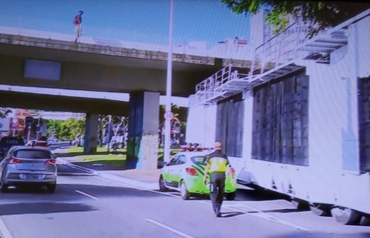 Trio elétrico ficou presso ao passar por baixo do viaduto | Foto: Reprodução | TV Bahia - Foto: Reprodução | TV Bahia