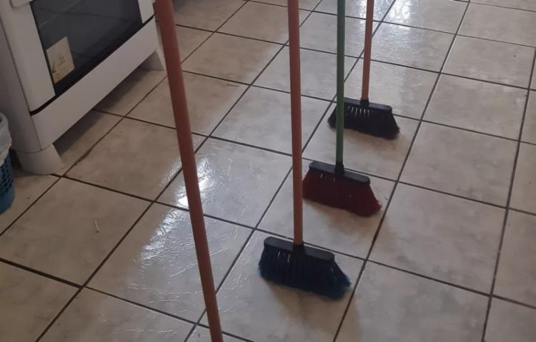 Desafio das vassouras em pé viralizou nas redes sociais | Foto: Reprodução | Twitter - Foto: Reprodução | Twitter