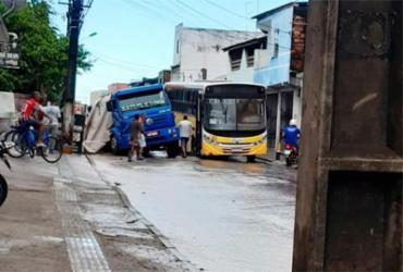 Caçamba cai em buraco de obra em Santo Antônio de Jesus | Foto: Reprodução | Infosaj