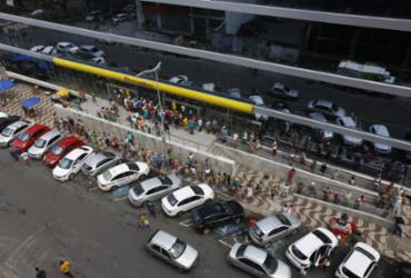 Aposentados se aglomeram em fila para sacar benefício | Rafael Martins | Ag. A TARDE