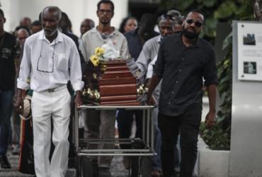 Sambista baiano foi sepultado sob aplausos de familiares e amigos | Foto: Felipe Iruatã | Ag. A TARDE - Felipe Iruatã | Ag. A TARDE