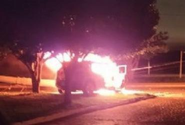 Carro com passageiros pega fogo após bater em poste em Conquista | Reprodução | Blog do Anderson