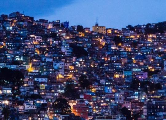 Moradores de favelas buscam dinheiro e alimentos nas ruas | Yasuyoshi Chiba | AFP
