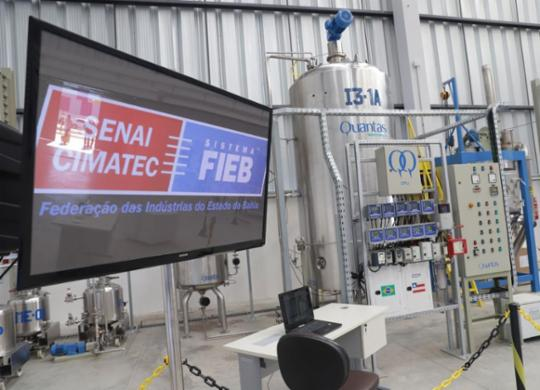 Indústria distribui álcool para limpeza | Uendel Galter | Ag. A TARDE