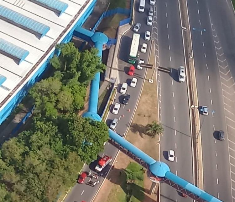 De acordo com a Transalvador, motociclista foi socorrido por uma equipe do Samu e levado a um hospital   Foto: Cláudia Meneses   Isso é Bahia - Foto: Cláudia Meneses   Isso é Bahia