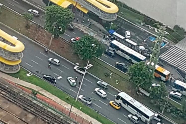 Acidente deixou o trânsito lento no local. | Foto: Cláudia Meneses | Isso é Bahia - Foto: Foto: Cláudia Meneses | Isso é Bahia