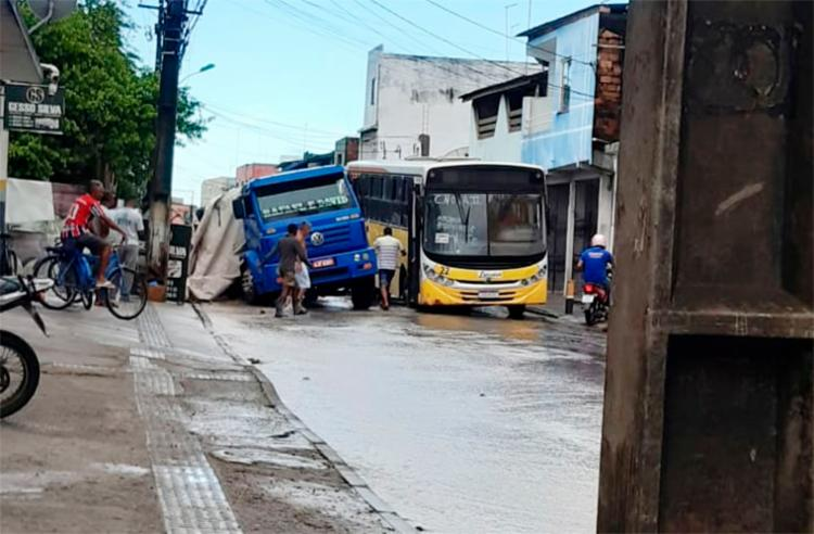 Acidente deixou trânsito lento no local   Foto: Reprodução   InfoSAJ - Foto: Foto: Reprodução   Infosaj
