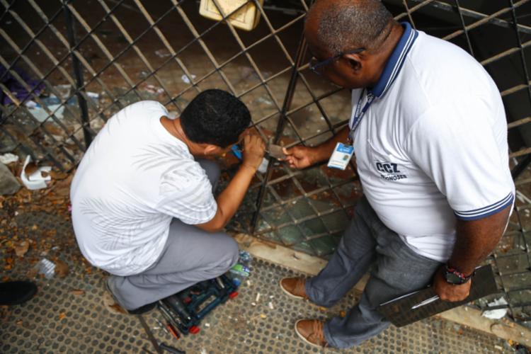 Agentes realizam abertura de casa durante inspeção | Foto: Bruno Concha | Secom PMS